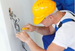 Image d'un électricien en train de faire de l'électricité